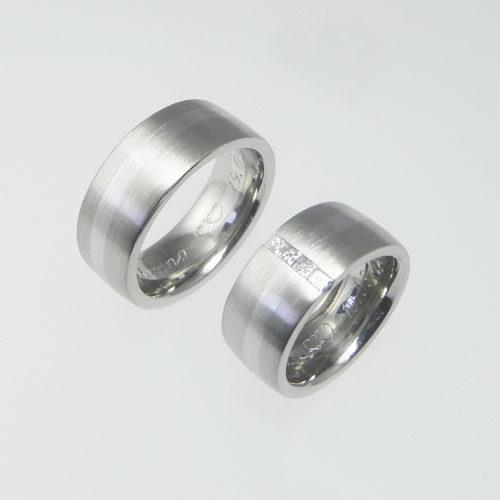Trauringe aus Weissgold mit einer Platin-Linie. Im Damenring sind Diamanten im Princess-Schliff gefasst. Wurden von meinen Kunden selber geschmiedet.
