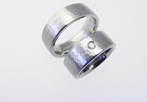 Trauringe aus Weissgold mit einer Hammerschlagstruktur. Im Damenring wurde ein Brillant gefasst. Partnerringe wurden von meinen Kunden selber geschmiedet.