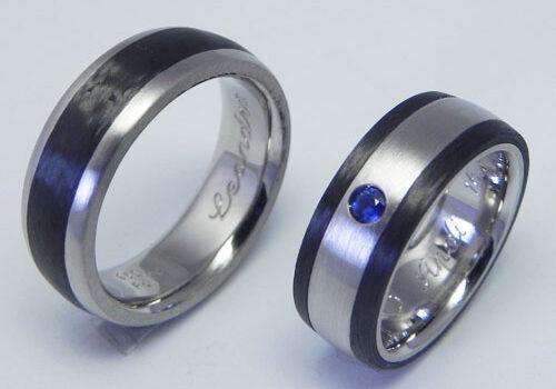 Trauringe aus Palladium mit Carbon. Damenring mit einem blauen Saphir. Trauringe wurden von meinen Kunden selber geschmiedet.
