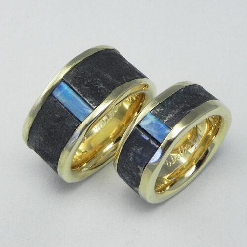 Ringe aus Gelbgold mit Eisenbändern und Opal vom Kunden. Die Ringe wurden von meinen Kunden selber geschmiedet.