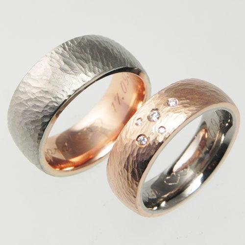 Eheringe aus Rot- und Weissgold mit einer dynamischen Hammerschlagstruktur. Ringe wurden von meinen Kunden selber geschmiedet.